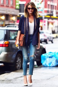 Christy Tiegen's casual and effortless looks is perfect when visiting a wine bar.
